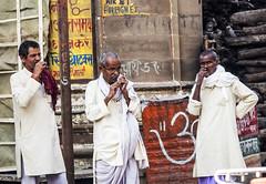 Limpiandose los dientes (Nebelkuss) Tags: india uttarpradesh varanasi benarés asia nim fujixt1 nikon85f20 nikonaisprime namaste