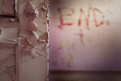Pas toujours une fin. (Gudzwi) Tags: lavieenrose end fin ende rosa abgeblättertefarbe peeledpaint beelitzheilstätten beelitz heilstätten brandenburg berlin abandoned verlasseneorte tür door opendoor offenetür unschärfe blur graffiti langzeitbelichtung longexposure