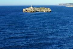 Isla de Mouro (Cantabria) (alfonsocarlospalencia) Tags: isla mouro cantabria faro azul blanco horizonte ensenada luz ensoñación recuerdos pesca infancia barco roca