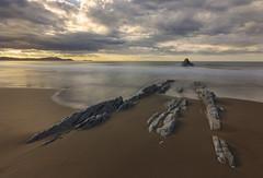 The next wave (Rafael Díez) Tags: españa paisvasco atxabiribil paisaje playa rocas agua atardecer sunset sol sun nubes rafaeldíez filtro mar