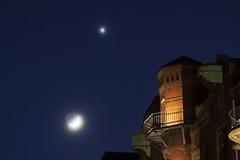 Mond und Venus in der Speicherstadt (Lilongwe2007) Tags: hamburg speicherstadt deutschland mond venus astronomie illumination planeten sterne himmel