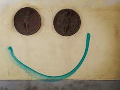 Wien (Harald Reichmann) Tags: wien bennogasse stadtbild smile intervention fassade wand figur triangel kreis bogen