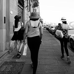 05i0617 (photo & life) Tags: italia italie europe jfl photography photolife™ fujifilm fujinon fujifilmxpro2 fujinonxf14mmf28r ville city street streetphotography florence firenze toscane blackandwhite noiretblanc girls humanistphotography squareformat squarephotography