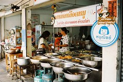 Thong Lo - Bangkok (35mm) (jcbkk1956) Tags: gold200 street thailand bangkok thonglo 35mm analog film zonefocus kodak kodakgold200 food thai restaurant olympus olympustrip vendor worldtrekker