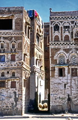 Washday on the roof-top terrace (gerard eder) Tags: architecture architektur arquitectura ancientarchitecture yemen arabia middle east middleeast street streetlife world travel reise viajes sanaa skyline outdoor oldcity