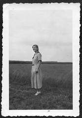 "RE025 ""Zum Andenken an Deine Schwester Magda Ille"", 1940er (Hans-Michael Tappen) Tags: collectionhansmichaeltappen dreba magdaille postbotin thüringen fotorahmen kleidung outfit 1940er 1940s landschaft scenery outdoor zöpfe"