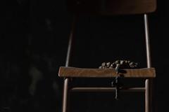 Un'attesa_infinita (Danilo Mazzanti) Tags: danilo danilomazzanti mazzanti wwwdanilomazzantiit fotografia foto fotografo photos photography acquasanta genova crocifisso rosario sedia chiesa sentimento religione luciedombre speranze