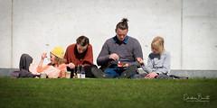 Hen kopplar av och äter. (Elf-8) Tags: denmark aarhus street eat picknick grass family parent child gender