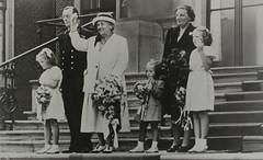 1947 Vorstenhuis (Steenvoorde Leen - 4 ml views) Tags: vorstenhuis koninklijk huis koninklijke familie monochroom 1947 dynasty dynastie dinastia dutch netherlands hollanda niederlande ansichtkaart card karte family