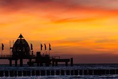 Sonnenuntergang an der Seebrücke (tleesch) Tags: buhne deutschland mecklenburgvorpommern meer orte ostsee sonnenuntergang zingst de