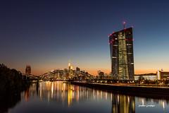 Europäische Zentralbank, Main und Skyline Frankfurt zur Blauen Stunde (stephancronjäger) Tags: cityscape blauestunde bluehours landscape landschaft city stadt europäischezentralbank main frankfurt skyline