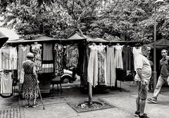 qual? (luyunes) Tags: venda compra camelôs vestidos mercado vendedoresderua moda motoz luciayunes
