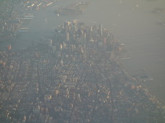 201704012 AA4665 LGA-PIT New York City Manhattan (taigatrommelchen) Tags: 20170416 usa ny newyork newyorkcity nyc manhattan financialdistrict river eastriver hudson icon city skyline aerial view photo airplane inflight aal rpa