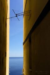 Con vistas al mar (Mimadeo) Tags: narrow street sea dry house laundry clothesline clothes building architecture urban facade lines vintage elantxobe summer view spain hanging