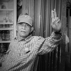 Peace Grandpa (michael.veltman) Tags: man jakarta indonesia peace project sign portrait