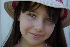 Petite princesse avec un chapeau. (phonia20) Tags: fille girl regard yeux beauté sourire chapeau beauty hat hair pentax pentaxart k10d face people