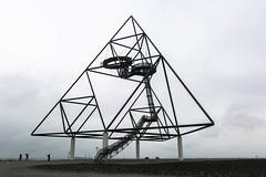 Bottrop, Germany (gstads) Tags: nrw ruhrgebiet bottrop germany nordrheinwestfalen tetraeder architecture triangle pyramid tetrahedron maths mathematics bw blackandwhite monochrome steel frame triangular line lines geometry geometric