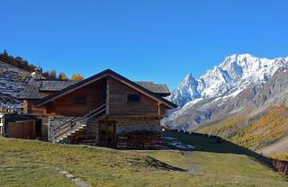Il Rifugio Bonatti e il Monte Bianco