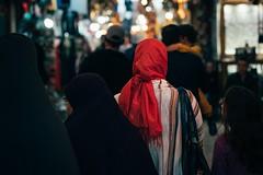 Turning Red (toletoletole (www.levold.de/photosphere)) Tags: xt2 bazaar marrakesch kasbah marokko fuji morocco marrakesh street rot frau shawl red scarf woman schal menge people crowd menschen