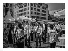 Frankfurt - Zeil - Mittagspause (michaelhertel) Tags: frankfurt zeil germany deutschland sw bw monochrome people street