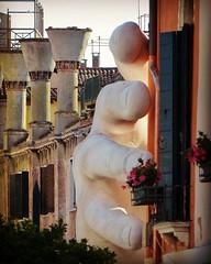 ¿Me echas una mano? (carolinatfe) Tags: escultura italia venecia lorenzoquinn scupture panasonic lumix fz200