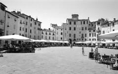 Marketplace in Lucca (tolerdus) Tags: canon eos5 kodak trx 400 28mm