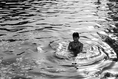 Take a picture of me (hydRometra) Tags: ragazzo indiagate bagno water streetphotography 35mm boy pond persone travel bathing people india bn acqua newdelhi fotodistrada bw stagno
