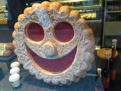 ein Plätzchen für mein Schätzchen (micky the pixel) Tags: chur schaufenster shopwindow shop bäckerei bakery plätzchen keks bisquit spitzbuben terrassenplätzchen mürbeteigplätzchen graubünden grischun schweiz suisse switzerland cookies smiley kolobok колобо́к