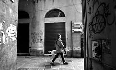 Vicoli - Alleys - Callejas (Dedalomouse Photos) Tags: genova liguria italia italy europe europa bw bianconero bn city ciudad città citta calle dedalomouse street streetphoto strada strade people persone personas tommaso tommasoolmeda travel olmeda gente graffiti cane perro dog vicoli alleys callejas