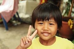 cute girl sends you peace (the foreign photographer - ฝรั่งถ่) Tags: cute girl peace sign teeth smiling khlong thanon portraits bangkhen bangkok thailand