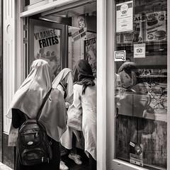 snack after shopping (Gerard Koopen) Tags: nederland netherlands amsterdam city bw blackandwhite straatfotografie streetphotography straat street candid shopping primark frites vlaamsefrites fuji fujifilm x100t 2017 gerardkoopen