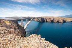 Pont reliant l'ile de Pag au continent (archipel des Kornati) (G Dubuc) Tags: croatie mer barques églises ruines