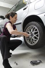(Evelien Gerrits) Tags: auto073 gerrits eveliengerritscanon canon600d cars tires workshop denbosch changingtires people