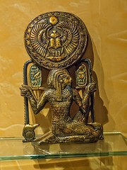 Mirror case in the form of the god Heh from King Tutankhamun's tomb New Kingdom 18th Dynasty 1332-1323 BCE (mharrsch) Tags: box case mirror gold kingtutankhamun tomb burial funerary newkingdom 18thdynasty 14thcenturybce egypt ancient pharaoh ruler monarch king discoveryofkingtut exhibit newyork mharrsch premierexhibits