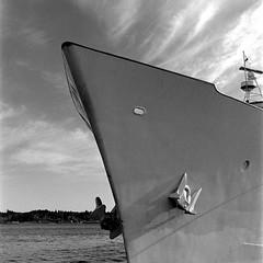 Ships bow at Bremerton Marina (bac1967) Tags: babyrolleiflexbabyrolleiflextlrtwinlensreflexilfordhp5ilfordhp5127film127rollfilm127filmblackandwhiteblackandwhitefilmblackwhitebwbwmonochromemonotoneberrenolberrolpabstblueribbonbeerpabstcaffenolsquareformat wabremertonpugetsoundsinclairinletpacificnorthwestpnw rolleiflex babyrolleiflex ilford hp5 ilfordhp5 black white blackandwhite blackwhite bw 127 127film monotone monochrome film tlr twinlensreflex