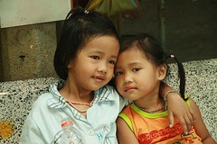 loving sisters (the foreign photographer - ฝรั่งถ่) Tags: two girls children loving sisters seated cement bench arm around shoulder khlong thanon portraits bangkhen bangkok thailand canon kiss