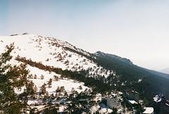 S(NOW) (Meerylan) Tags: fujisuperia400 yashica yashicafx3super2000 snow nieve mountain montaña 35mm 35mmfilm expired fx3 camera super analog analogica analógico paisaje 50mm analogfilm film spain white camara