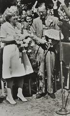 1946 Vorstenhuis (Steenvoorde Leen - 4 ml views) Tags: vorstenhuis koninklijk huis koninklijke familie monochroom 1946 baarn anjerdag dynasty dynastie dinastia dutch netherlands hollanda niederlande ansichtkaart card karte family