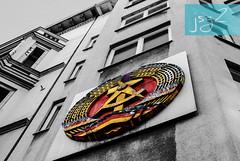 Checkpoint Charlie (Berlín / Alemania) (jsg²) Tags: berlin berlín deutschland alemania jsg2 fotografíasjohnnygomes johnnygomes fotosjsg2 unióneuropea europa europe ue europeanunion postalesdelmusiú germany federalrepublicofgermany bundesrepublikdeutschland easterngermany repúblicademocráticaalemana deutschedemokratischerepublik ddr rda guerrafría berlíneste germandemocraticrepublic gdr coldwar checkpointcharlie berlinergrenzübergänge berlinermauer murodeberlín checkpointc berlinwall eastberlin westberlin friedrichstrase