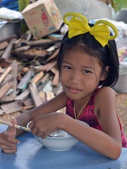 big yellow bow girl (the foreign photographer - ฝรั่งถ่) Tags: may142016nikon girl seated eating big yellow hair bow khlong lat phrao portraits bangkhen bangkok thailand nikon d3299