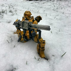 Gold Spartan On Attack. (ManOfYorkshire) Tags: playarts posebale figure 22cm goldf spartan mjolnir mk5 mkv commando unsc unitednationsspacecommand firing ready exoskeleton chiefpettyofficer john117 halo halo4 snow scifi sciencefiction shoot blaster