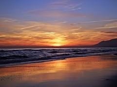 Puesta de sol (Antonio Chacon) Tags: andalucia atardecer marbella málaga mar mediterráneo costadelsol cielo españa spain sunset nubes nature naturaleza paisaje agua orilla