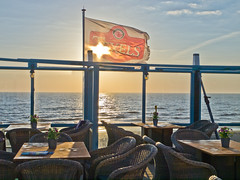 Sonnenuntergang / Sunset (schreibtnix off for a while) Tags: reisen travelling niederlande netherlands callantsoog destrandtent terrasse terrace stühle chairs tisch table sonnenuntergang sunset olympuse5 schreibtnix