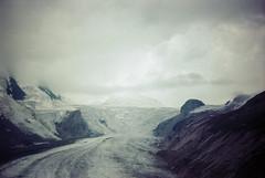 Der Großglockner (Photographie Bazemont) Tags: grosglockner heiligenblut kärnten österreich pointandshoot kodak 200 alpen alpes nuages clouds wolken gletscher glacier