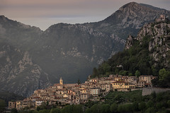 Côte d'Azur - Sainte-Agnès (Rafael Zenon Wagner) Tags: nikon d810 70200mmf4 160mm frankreich france côtedazur berg mountain felsen rock village dorf burg castle ruine ruin licht light abend evening wolken clouds