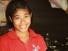 pretty girl with a big smile (the foreign photographer - ฝรั่งถ่) Tags: pretty girl big smile khlong thanon portraits red shirt bangkhen bangkok thailand canon