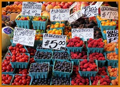 Berry time <> Saison de petits fruits. (France-♥) Tags: 320 berry blueberry raspberry spring market pikemarket seattle washingtonstate food price figue tomate fruit nourriture usa