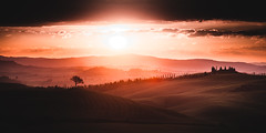 Sunrise and tree (alexanderkoch) Tags: cretesenesi italien sonnenaufgang toskana walter workshop siena outdoor landscape landschaft baum tree tuscany italy sunrise red sun clouds sonne wolken ngc