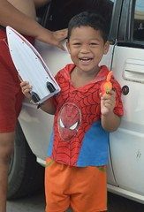 a happy boy and his toys (the foreign photographer - ฝรั่งถ่) Tags: boy standing toy boat spider man shirt khlong bang bua portraits bangkhen bangkok thailand