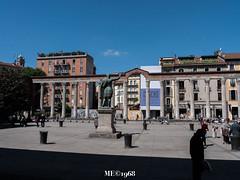Un Ombra come al cinema (iw2ijz) Tags: milano milan italia italy lombardia colonnato street piazza persone people person chiaroscuro